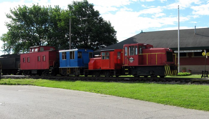The GE 23 ton boxcab now sports a new blue paint job and the 18 ton Plymouth Model JHG in red